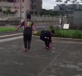 ポケモンGO初心者がボールではなくスマホを投げる