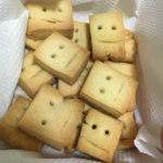 友人が可愛らしいクッキー(左)を作ろうとしたら、全ての感情を失った何か(右)が出来上がったらしい