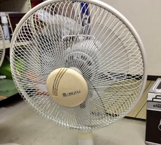 家電担当の人に古い日立の扇風機もらったのだけれど「風AreYou」とか寒いコピー付けたやつ出て来いよ。