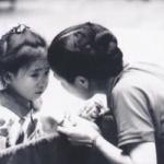 愛ちゃんが美誠ちゃんと目線を合わせ肩に触れながらアドバイスする姿、幼い愛ちゃんにアドバイスするお母さんの姿に似ている。