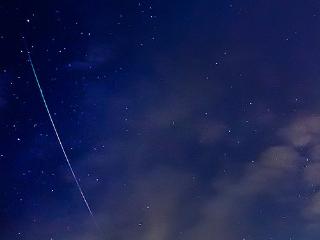【ペルセウス座流星群の楽しみ方】一番数が多くお勧めの日は8/12(金)22時頃〜翌朝4時頃です。