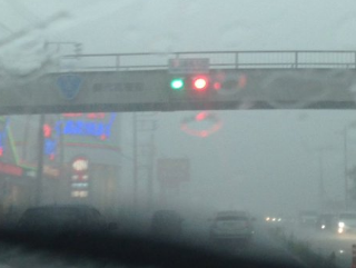 【危険度MAX】茨城県取手市内、落雷の影響で信号が赤と青に光るバグが発生