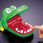 ワニの歯を押していって、ハズレの歯を押したら噛まれるおもちゃで遊んでたとき