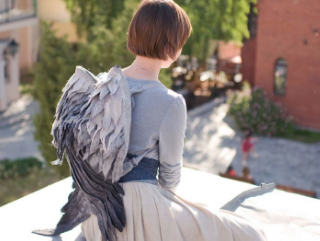 鳥の羽をモチーフにした、フェルト製のバックパック。ベラルーシ共和国を拠点とするEstyショップOrangeCatMinskより。