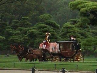 皇居の信号が変わらないと思ったら、馬車キターーー!
