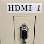 会社の壁にある、若干納得のいかないコネクタ情報です(向こう側で変換してる)