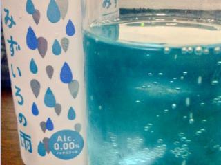 可愛いパッケージのジュースを飲む。お酒ではない。大人の為のカクテル風味炭酸飲料、らしい。綺麗な水色!!なお味はめっちゃ風味が良くて飲みやすい澄んだラムネ。
