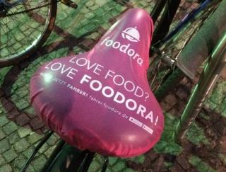 ベルリン発のフードデリバリー会社foodoraの宣伝方法がすごい。自転車の椅子に勝手にカバーをつけるという斬新さ。