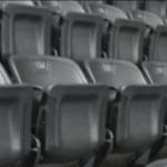 札幌ドームの座席は全席跳ね上げ式です。立つと畳まれます。すなわちスクワットすると座る場所がなくなります。どうする広島ファン。