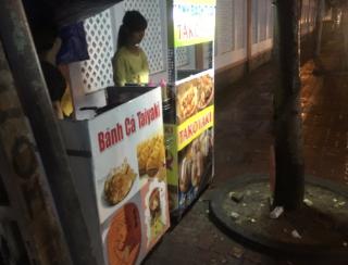 ベトナムにて夕飯を探して町を徘徊中  「お!たこ焼きとたい焼きだ!出国したばっかりだけどさっそく食べたいなぁ………っん!?」