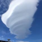 今静岡のサービスエリアなんですが雲がすごいですなんだコレ…………