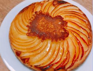 プライパンにバターとお砂糖を入れて、りんごを並べて、ホットケーキ生地を流し込んで焼くだけの簡単ケーキ。