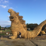 わらで作った「シン・ゴジラ」がリアルすぎてスゴい 福岡・筑前町の収穫祭でお披露目