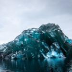 すごいな。最近南極で発見された氷山らしいですが、絶対中に何か未知の怪生物が眠ってる。(実際には氷山がひっくり返って、強い圧力で空気が抜けた下部が露出したものだそうです。)
