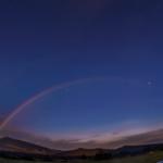 スーパームーンの月光でできたムーンボウ(月虹)。 星空に浮かぶ虹が肉眼で色まで見えました。写真では淡く副虹(外側の虹)も写っています。