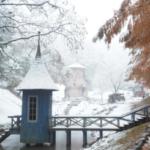 現在のムーミン谷から。埼玉県飯能市の絶景です。紅葉に雪が積もり幻想的。まるでおとぎ話の世界です