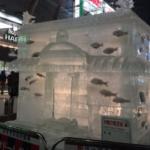 スペースワールドのスケートリンクに魚を埋めて展示するのが話題になっていますが、ここでさっぽろ雪まつりのすしざんまいが出した氷像を見てみましょう
