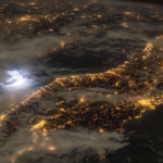 夜に宇宙から雷を見ると、こんな感じにとても明るく見えます。本当に凄いエネルギーですね。