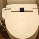家のトイレにこんなイタズラ仕掛けておいたら嫁が引っかかってマジ切れされた。