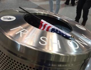 目の前の人がゴミ箱に星条旗を投げ捨てて帰りました(⦿▽⦿;)