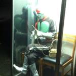 仮面ライダーが公衆電話で編物してる