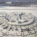 上空から見た真っ白な新千歳空港。