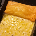 ピザ用チーズを薄く敷いて玉子焼きと同じ要領で焼いていく焼きチーズおつまみです