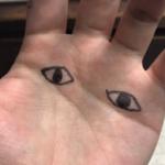 猫が作業中に手にイタズラするので手のひらに目を描いて顔の前に出したら全力で逃げていった。帰ってこない