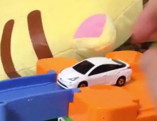 トミカのプリウスで遊ぶ動画