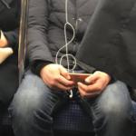 電車で、向かい側に座っていた方のイヤホンがト音記号になってた。