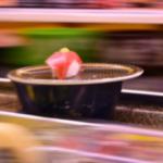 回転寿司で流し撮りの練習をする人