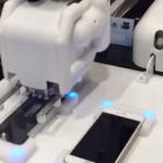 川崎重工のロボットアームにiPhoneの保護シート貼ってもらった。横にPepperがいて、頑張れ〜って言ってくれてかわいい。