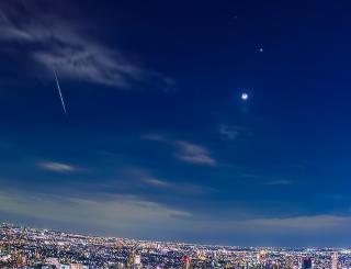 昨夜、東京で見られた明るい流れ星。写真右は月と金星です。 明るい夜景、細い月の形、流れ星を全て同時にとらえられたのはわたしは初めてです。
