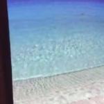 大学院デジタルメディアデザイン専攻浅野博善君の作品。 魚眼レンズを利用する事で壁面と床両方に連続した映像を投影している。