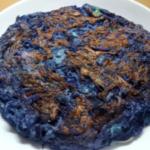 紫キャベツでお好み焼き焼いたら異世界の食べ物みたいになった(画像加工なし)