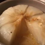 玉ねぎに切れ込み入れてバターとコンソメ挟んで胡椒振って