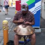 下北沢駅前で美しい音色に引き寄せられ足を止める。