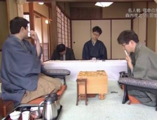 今世間では将棋が話題になってますが、名人戦で居眠りする記録係と観戦記者とそれを見て笑う森内さんと羽生さんがこちらです
