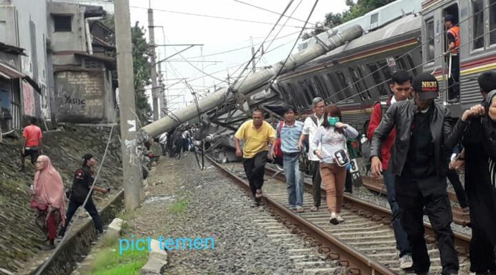 【速報】頭上式の電柱が倒れて電車の屋根に当たった後、元東急8500系8612F編成はボゴール~チルブット間で脱線した。