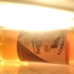 【速報】18年間、実家の床で眠っていた98年の優勝記念ワイン。母がついに冷蔵庫に入れた模様です!!