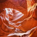 侵食でできた谷に光が届き、曲線の造形美が浮かび上がる。
